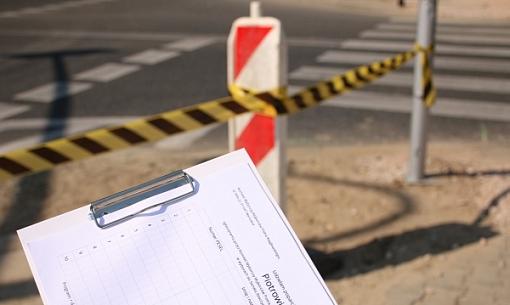 Formularz wyborczy na tle ulicy