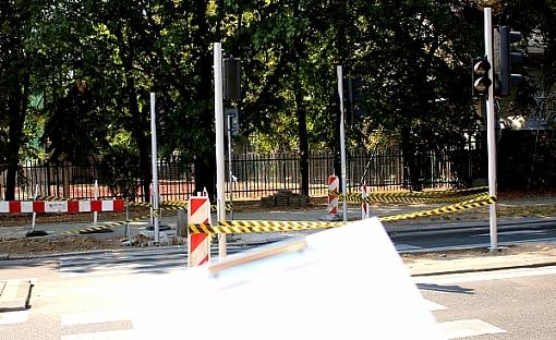 Inne ujęcie formularza - przejście dla pieszych z ostrzegawczymi taśmami i barierkami