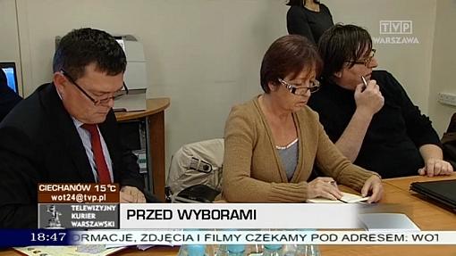 Ewa Pfeifer oraz Witold Zakrzewski z KWW Piotra Waglowskiego w czasie losowania czasu antenowego w TVP Warszawa