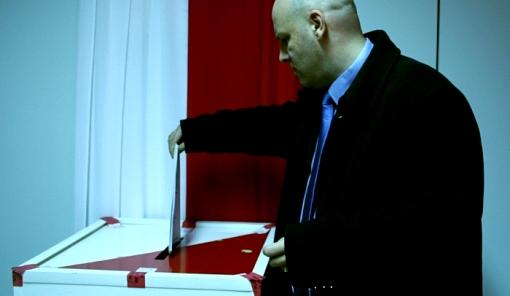 Piotr Waglowski oddaje głos w wyborach parlamentarnych