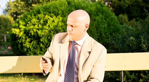 Piotr Waglowski patrzy na telefon