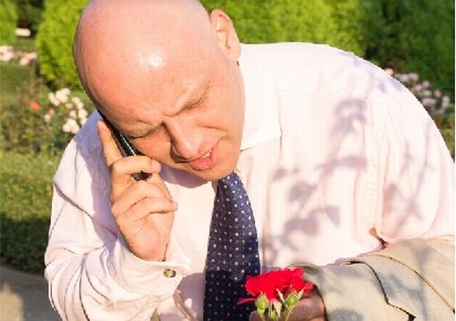 Piotr Waglowski rozmawia przez telefon