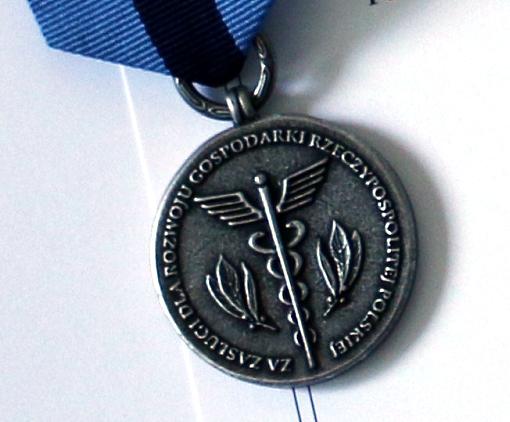 Awers odznaki honorowej za zasługi dla rozwoju gospodarki RP