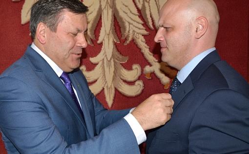 premier Piechociński przypina odznaczenie Piotrowi Waglowskiemu