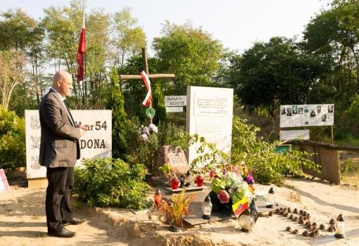 Piotr Waglowski przy głazie, którym mieszkańcy usiłują upamiętnić Redutę Ordona