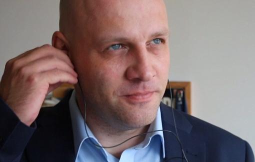 Piotr Waglowski słucha radiowego spotu