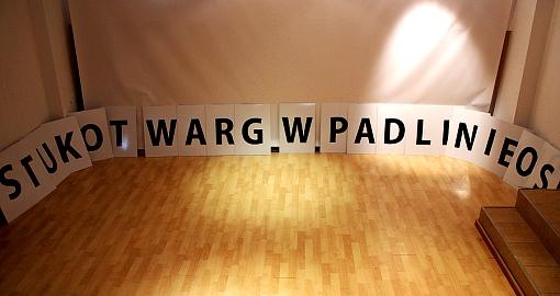 napis stukot warg w padlinie os ułożony z liter piotr waglowski do senatu
