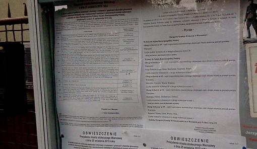 Tablica informacyjna w jednej z dzielnic Warszawy